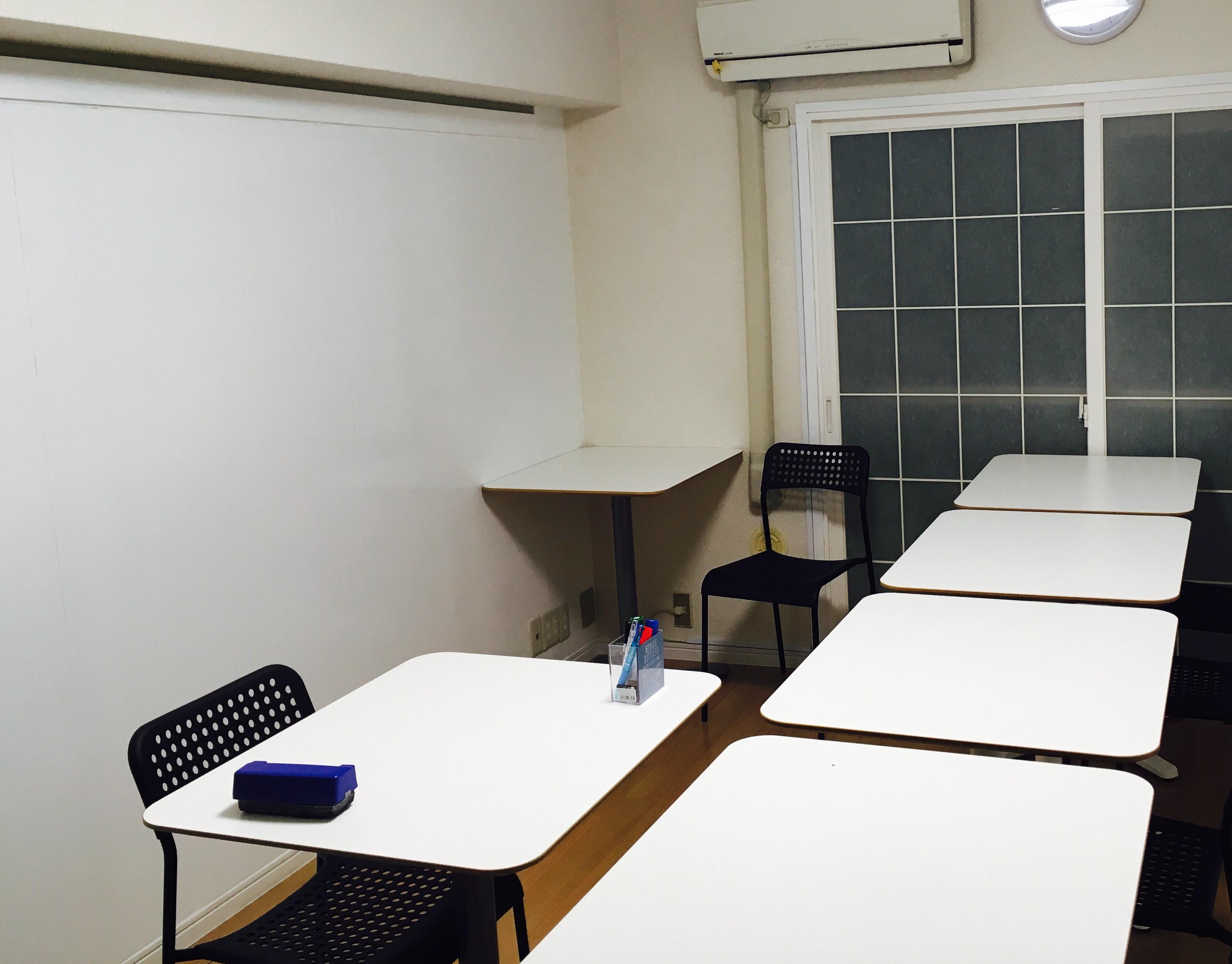 授業を行う教室は,壁がほとんど全てホワイトボード.壁中にあらゆることを書きまくって,身体全体で吸収するのです!!